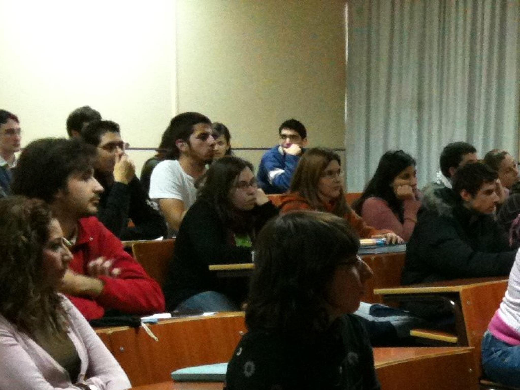 Alumnos contemplando una videoconferencia con Jubany